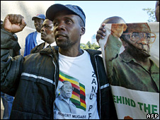 Zimbabwe war veteran at a pro-Mugabe rally (4 April 2008)