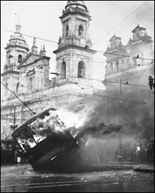 A tram lies overturned and burning in central Bogota in the aftermath of the Gaitan assassination (Photo: Bogota Museum)