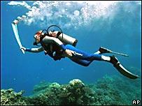 Una mujer lleva la antorcha debajo del agua