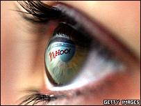 El logo de Yahoo reflejado en un ojo.