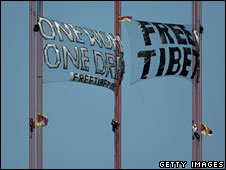 Pro-Tibet demonstrators hang banners from the Golden Gate Bridge, San Francisco, 7 April 2008