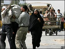 Iraqis pack their belongings to leave Sadr City on 7 April