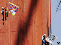 Manifestantes escalan en Puente Dorado, de San Francisco