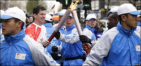 Former tennis player Tim Henman carries the torch in London, 06/04