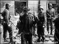 Soldados nazis al momento de detener a un ciudadano polaco.