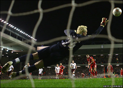 Almunia fails to save Gerrard's penalty