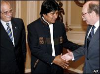 El presidente Evo Morales saludo al  vicecanciller de Colombia, Camilo Reyes, observado por el canciller de Argentina, Jorge Taiana.