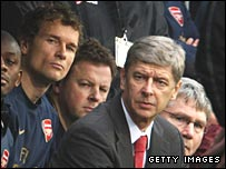 Jens Lehmann (left) and Arsene Wenger (red tie)