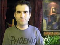 Sebastián Cufré en su bar en Barcelona