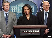 La secretaria de Estado, Condoleezza Rice, junto al secretario de Comercio Carlos Gutierrez y el secretario Tesoro, Henry Paulson