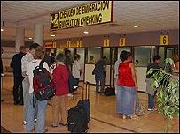 Pasajeros embarcando en el aeropuerto de La Habana. (Foto: Raquel Pérez)