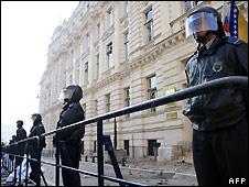 Bosnian police outside Sarajevo Canton building - 13/02/2008
