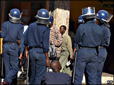 Zimbabwean police in Harare (11 April 2008)