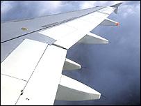 Ala de un avión visto desde la ventanilla