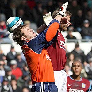 Roy Carroll allows Ashley Young's free-kick through his gloves