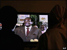 Zimbabweans watch President Robert Mugabe on TV in Harare (12.04.08)