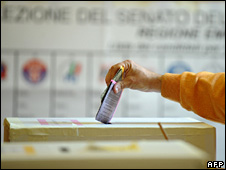An Italian voter cast his ballot at a polling station in Bologna (13 April 2008)