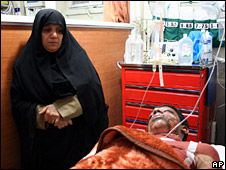 An injured man in a hospital in Shiraz (13 April 2008)
