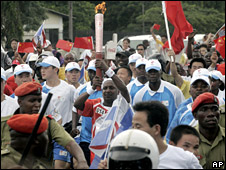 Runner carries torch through Dar es Salaam (13 April 2008)