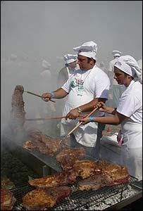 M�s de 1.200 voluntarios cocinaron los 12.000 kilos de carne.