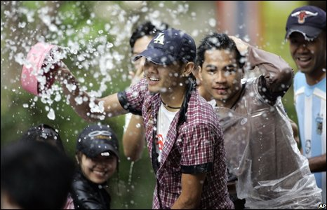 Young people play with water in Bangkok, Thailand (14/04/2008)