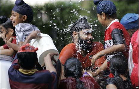 Members of the Sikh community play with water in Bangkok, Thailand (14/04/2008)