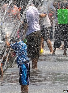 A child plays with a water fountain in Bangkok, Thailand (14/04/2080)