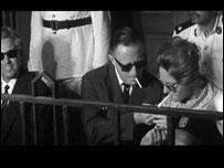 لوتز مع زوجته داخل قفص الاتهام
