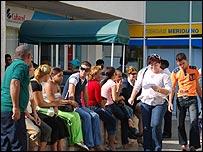 Personas en oficina de Cubacel