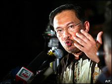 Anwar Ibrahim speaks at the rally in Kuala Lumpur (14 April 2008)