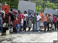 Haitianos hacen cola para comprar keros�n