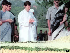 Priyanka, Rahul and Sonia Gandhi at Rajiv Gandhi's memorial in Delhi