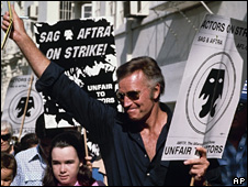 Charlton Heston leads SAG strikers in 1980