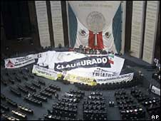 """Closed"" reads the banner in the Mexican Congress"