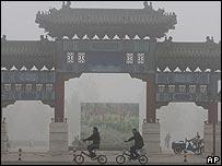 Ciclistas pasean por la ciudad de Pekín.
