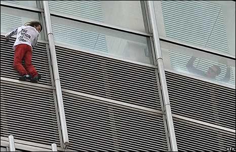 Alain Robert scaling the Four Seasons hotel in Hong Kong