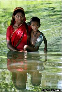 طفلان من بنجلاديش التي أخذت مياه البحر تغمر أجزاء من أراضيها بسبب الفيضانات