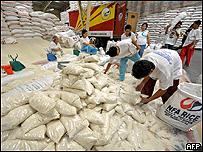 Trabajadores filipinos empacan arroz importado de Vietnam, AFP
