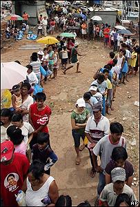 Ciudadanos hacen fila para comprar el arroz más barato en Manila, Filipinas, AP