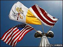 Las banderas del Vaticano, Estados Unidos, y el Distrito de Columbia ondean frente a la Casa Blanca