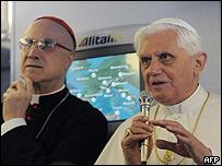 El Papa conversa con los periodistas a bordo del avión de Alitalia