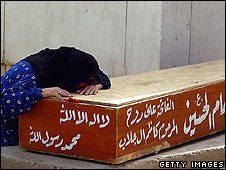 Iraqi woman mourns relative killed in clashes, Sadr City, Baghdad (29.03.2008)