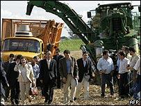 Secretario general de la ONU Ban Ki-Moon visita planta de etanol en Jaboticabval, Brasil, el 11 de noviembre de 2007