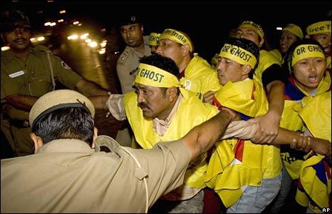 Indian policemen arrest Tibetan protestors