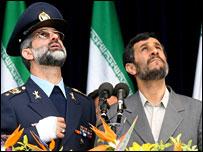 الرئيس الايراني وقائد القوات الجوية الايرانية أثناء العرض العسكري 17-04-2008