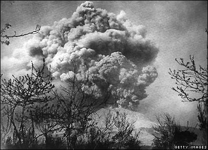 Mount Vesuvius erupts in 1906