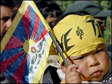 A Tibetan child holds a Tibetan flag in Srinagar, India, 17-4-2008