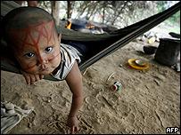 Niño indígena desplazado en Colombia