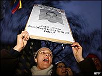 Una mujer colombiana protesta en Londres por los desplazados internos