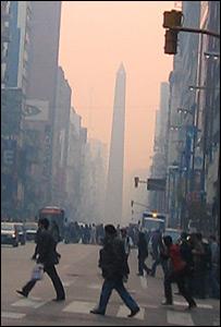 El obelisco de Buenos Aires envuelto en humo
